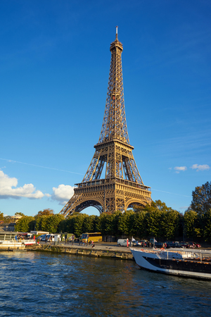 Eiffel Tower Taken From A Boat At Seine River Imagens