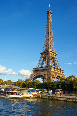 Torre Eiffel tomada desde un barco en el río Sena