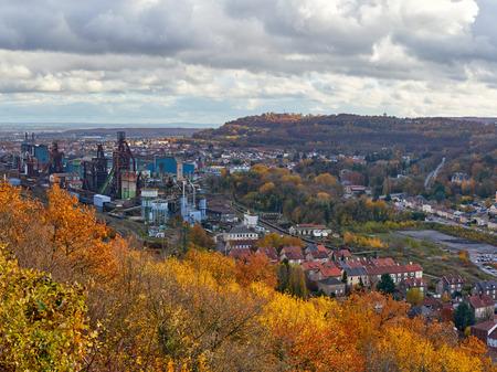 Panorama-Luftbild der Stadt Hayange Lothringen Frankreich: Stadt leidet unter dem Niedergang der französischen Eisen- und Stahlindustrie