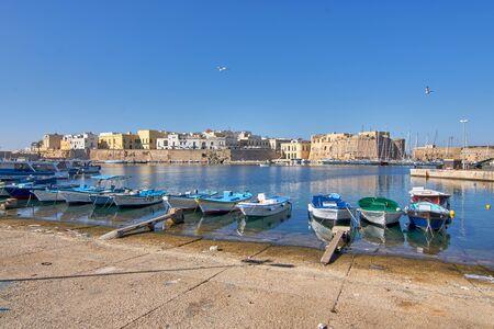 Panoramisch uitzicht op de haven van Gallipoli en het middeleeuwse kasteel tijdens een zonnige en hete herfstdag Stockfoto