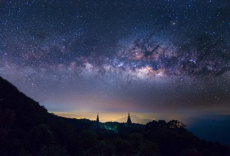 탑이있는 inthanon 산 꼭대기에 별이 빛나는 밤 Horizintal milkyway 스톡 콘텐츠 - 78632614