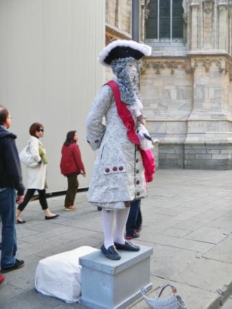 vestidos de epoca: Mil�n, Italia, 15 de octubre de 2010 - Un artista de la calle sin identificar, llama la atenci�n como una estatua humana, vestido con traje de 18o per�odo de un siglo en la Piazza del Duomo, a s�lo unos pasos del Duomo di Milano y la Galleria Vittorio Emanuele II. La capital de la moda