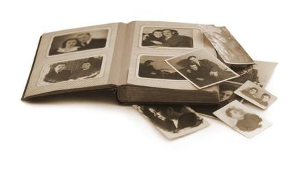 vecchio album di foto di famiglia con vecchie foto
