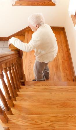 階段と年配の女性