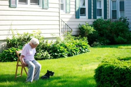 80s adult: Lady superior con su perro relajante patio delante