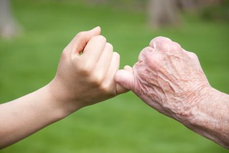 jeune vieux: Mains seniors et les jeunes Promets