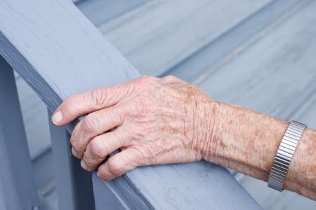 stair: Senior dame bedrijf trapleuning in portiek