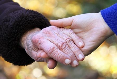 Tenir la main de personnes âgées Banque d'images - 10544310