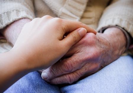 mains: Jeunes a mis sa main sur les mains dame �g�e s