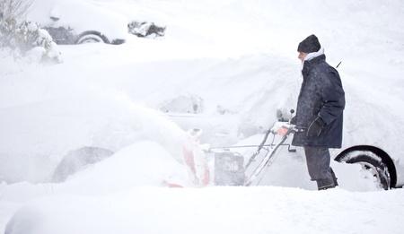 ploegen: Man opwaaiende sneeuw te ruimen stoep en oprit Stockfoto