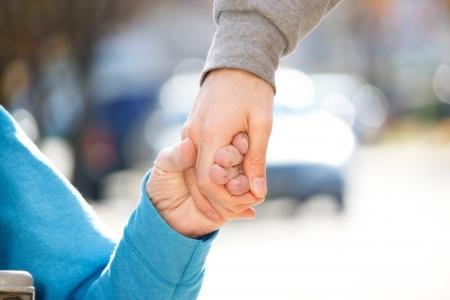 personas ayudando: Cuidador Principal joven con