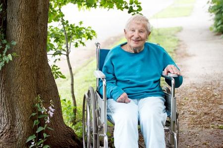 외부 웃는 휠체어에 고위 여성