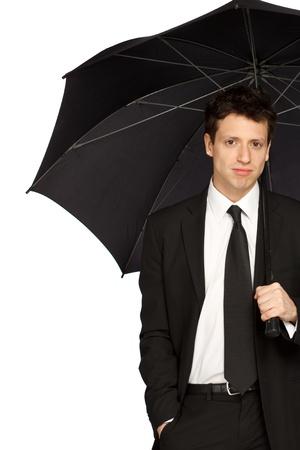 uomo sotto la pioggia: Ritratto di un giovane uomo di stile che con Umbrella