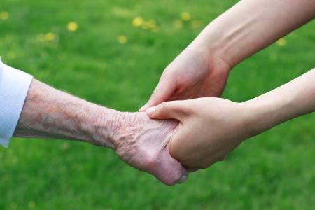 personnes �g�es: Les femmes �g�es et les jeunes tenir par la main l'ext�rieur