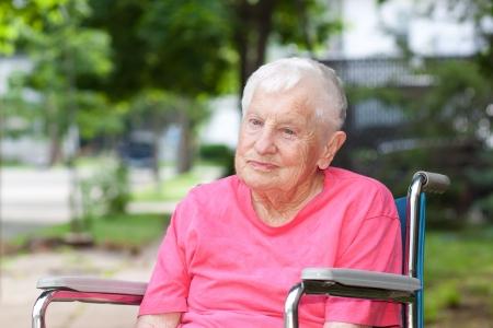 enfermeria: Mujer mayor en una silla de ruedas