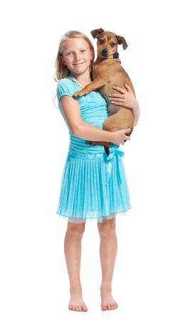 밝은 파란색 드레스에 젊은 여자가 그녀의 개를 들고