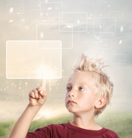 ni�o empujando: Muchacho joven rubia mirando y se�alando a su producto o concepto