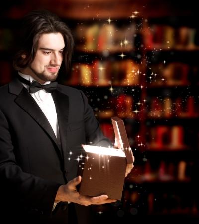 lazo regalo: Hombre feliz con Bowtie Abrir una caja de regalo