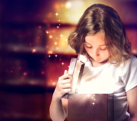milagro: Ni�a Feliz Abrir una caja de regalo