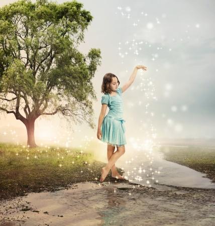 jolie petite fille: Little Girl � un ruisseau brillant avec des �toiles