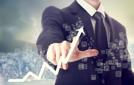 Homme d'affaires touchant une croissance graphique indiquant Banque d'images