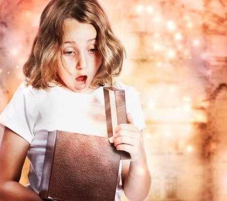 milagro: Ni�a Feliz abrir un regalo