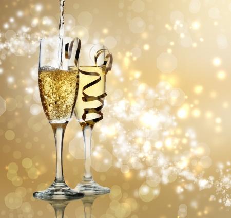 flauta: Dos flautas de champán en el fondo brillante de oro Foto de archivo