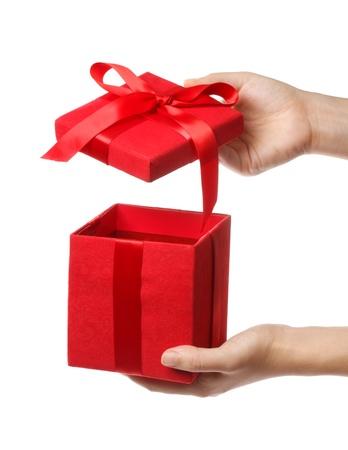 Vrouw die een rode cadeau vak op een witte achtergrond