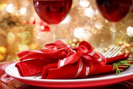 luz de velas: Cena de Navidad decorado la mesa para una