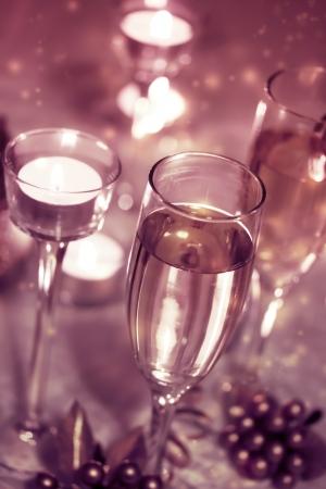 Glasses of champagne and candles: Sparkling sâm banh kính với nến Kho ảnh