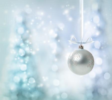 Argent Décoration de Noël sur fond rougeoyant d'arbre Banque d'images - 16630293