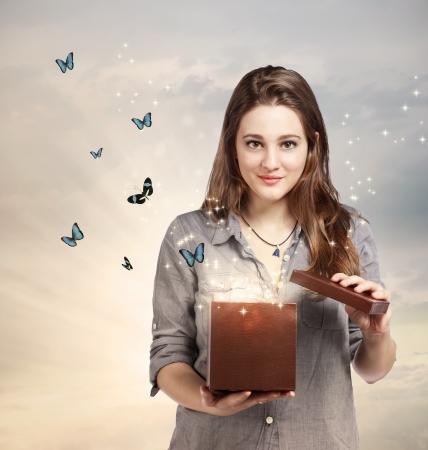 donna farfalla: Ragazza apertura di un Giftbox magica con le farfalle