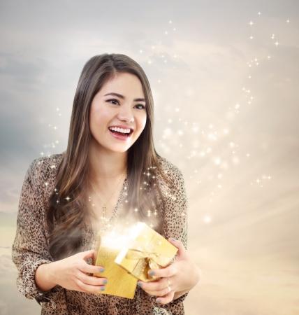 Meisje openen van een magische Golden Gift Box Stockfoto