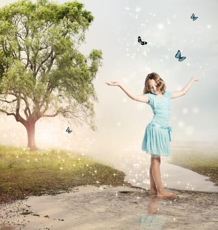 마법 브룩 블루 나비와 함께 행복한 여자 스톡 콘텐츠