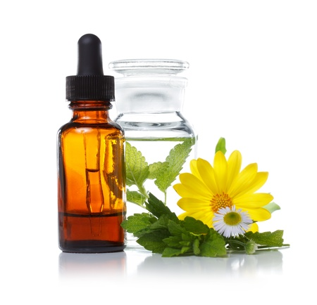 Pflanzliche Arzneimittel Tropfflasche mit Kräutern und Blumen Standard-Bild