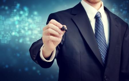 光沢のある青い背景上のペンを持ったビジネスマン