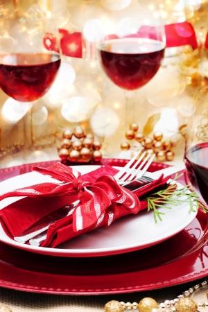 winter party: Decorato di Natale tavolo da pranzo con vino rosso