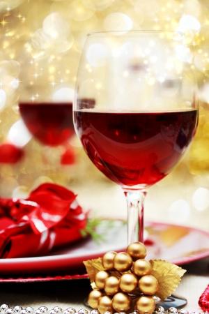 cena navideña: Navidad decorado mesa de la cena con vino tinto
