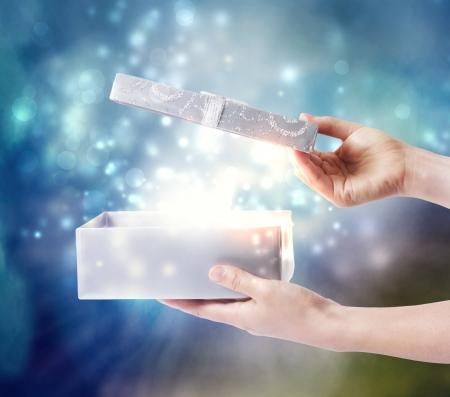 magia: Abrindo uma caixa de presente com m Banco de Imagens