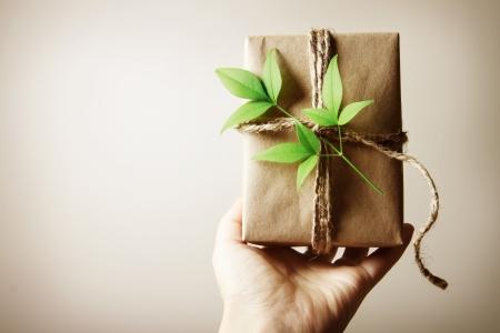 Hand die een doos aanwezig rustieke stijl