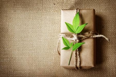 Natuurlijke stijl handgemaakte geschenkdoos met rustieke touw op jute met copyspace Stockfoto