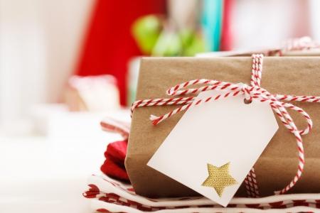 wraps: Presentes cuadros hechos a mano con etiquetas y cintas del cord�n de hilo