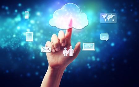wolken: Cloud Computing Konzept Konnektivität in einem ein Personen Hand auf blauem Hintergrund gedrückt Technologie