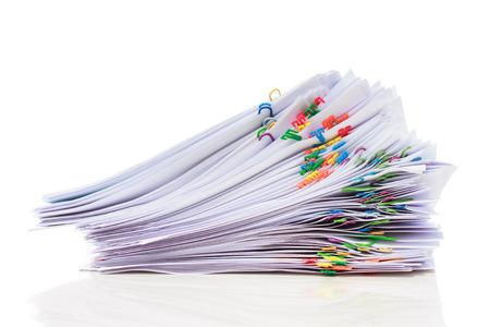 Stapel documenten met kleurrijke clips Stockfoto