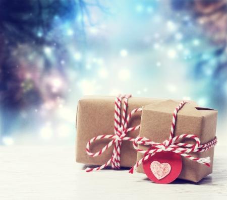 Pequeñas cajas de regalo hechas a mano en azul noche brillante Foto de archivo - 22876140