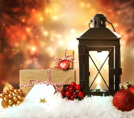 Kerst lantaarn met cadeautjes, versieringen en sneeuw Stockfoto