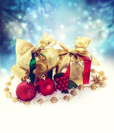 gifts: Kerst aanwezig dozen met ornamenten in de sneeuw 's nachts