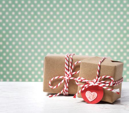 Handgemaakte cadeau dozen met hart-tag op stippenachtergrond
