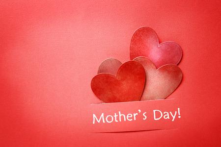 Moeders dag bericht met papier gesneden harten Stockfoto
