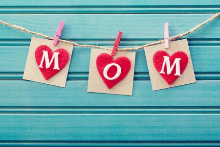 Muttertag Nachricht auf Filz Herzen über blau Holzbrett Standard-Bild - 26965402